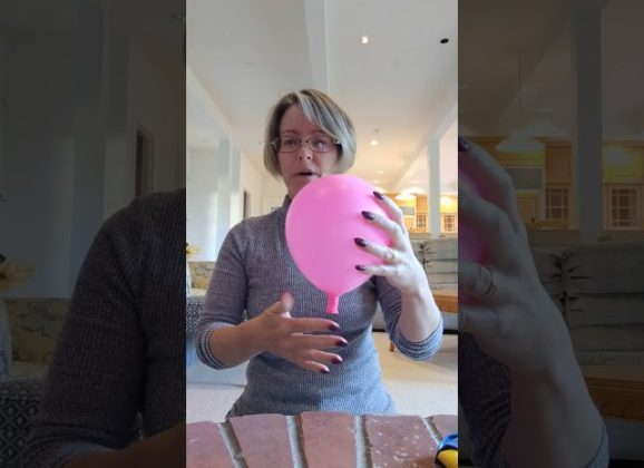 Un globo y una pelota de ping pong para explicar el parto